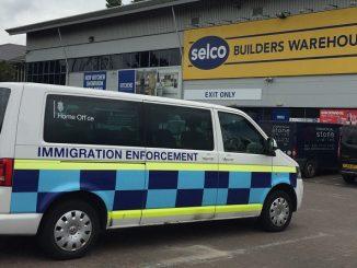 Van cu inscriptia Immigration Enforcement in fata la un depozit de materiale SELCO din Estul Londrei. foto : Click Romania