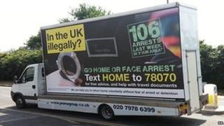 Guvernul britanic plimba reclame in Londra prin care ameninta imigrantii ilegali sa plece acasa.