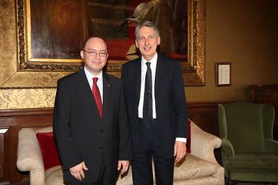 Fostul secretar de externe Philip Hammond, întâlnind Bogdan Aurescu, ministrul afacerilor externe al României la Londra, 24 martie 2015.