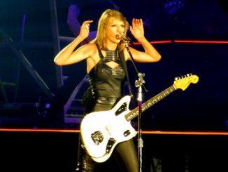 Taylor Swift este a doua interpretă dupa Adele, care în 2016 care performa solo din istoria festivalului vechi de 50 de ani