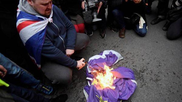 Britanicii ard drapelul European si sarbatoresc Brexit
